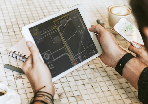 Aplicativo de navegação em um tablet Foto Premium