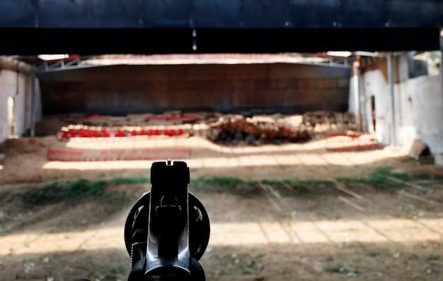 Apontando a arma Foto gratuita