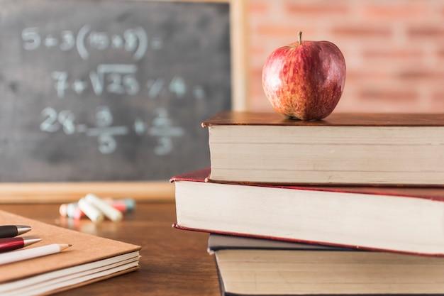 Apple e livros em sala de aula Foto gratuita