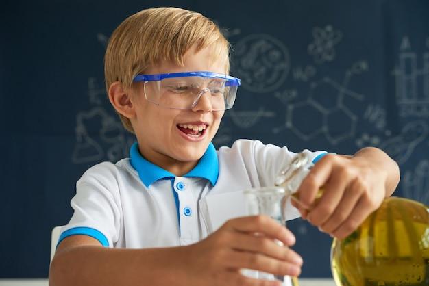Apreciando a aula de química Foto gratuita