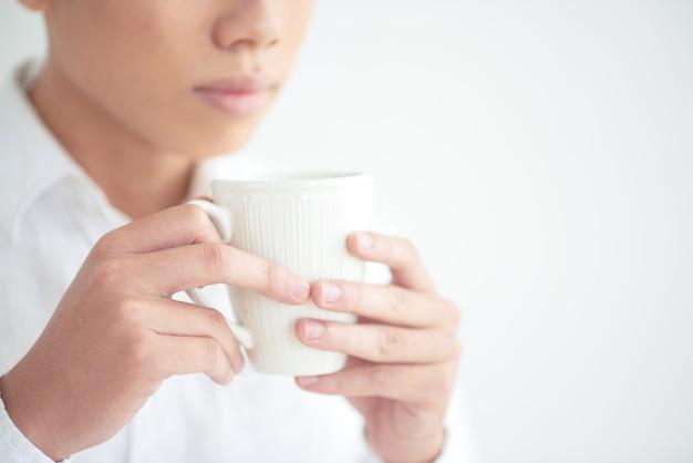 Apreciando a xícara de café Foto gratuita