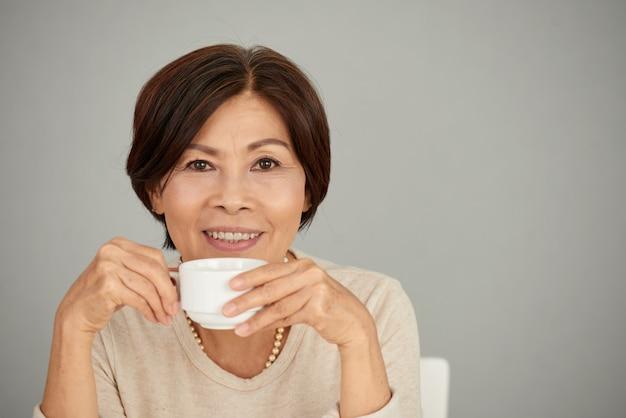 Apreciando a xícara de chá Foto gratuita