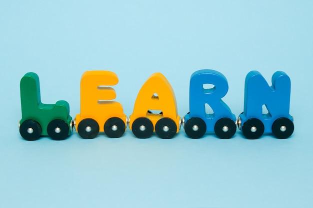 Aprenda palavra feita de letras alfabeto de trem. Foto Premium
