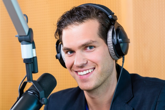 Apresentador de rádio na estação de rádio no ar Foto Premium