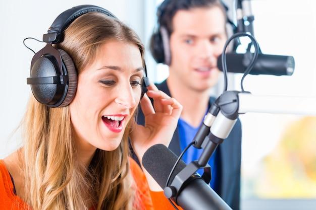 Apresentadores de rádio na estação de rádio no ar Foto Premium