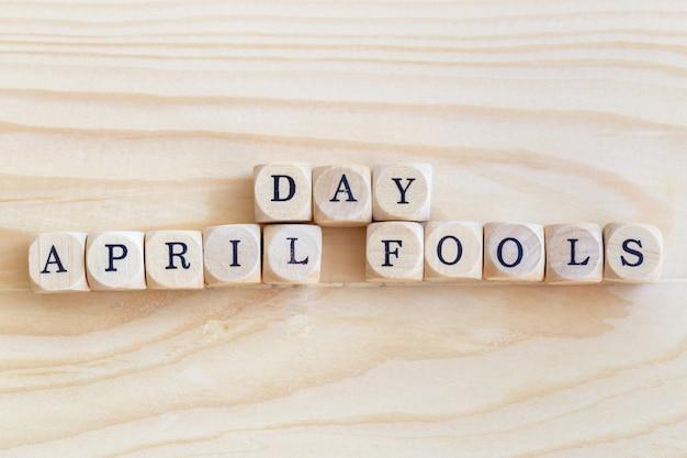 April fools 'day, close up palavra feita de letras de madeira em cima da mesa Foto Premium