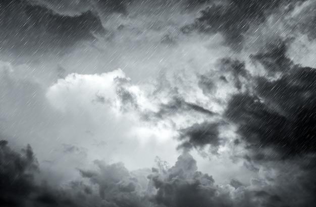 Aproximando-se nuvem de tempestade com chuva sobre o mar Foto Premium