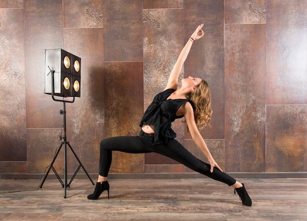 Apta mulher fazendo pose de ioga virabhadrasana Foto Premium