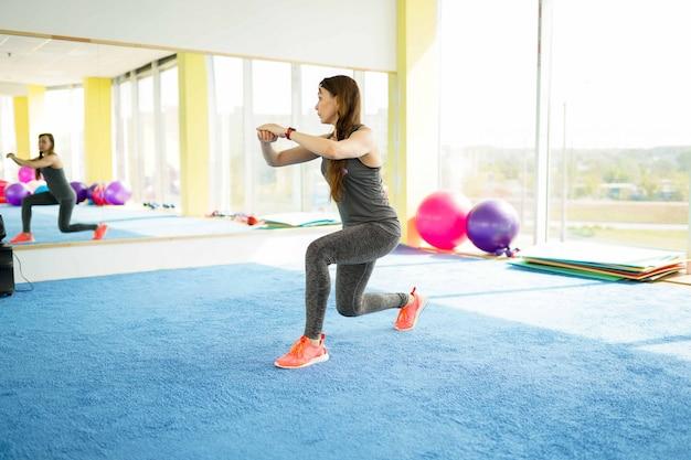 Aptidão de mulher. linda mulher caucasiana sênior com bola no ginásio Foto Premium