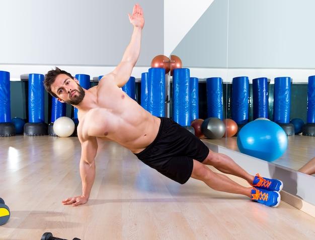 Aptidão lado push ups homem flexão no ginásio Foto Premium