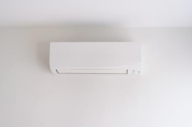 Ar condicionado na parede branca Foto Premium