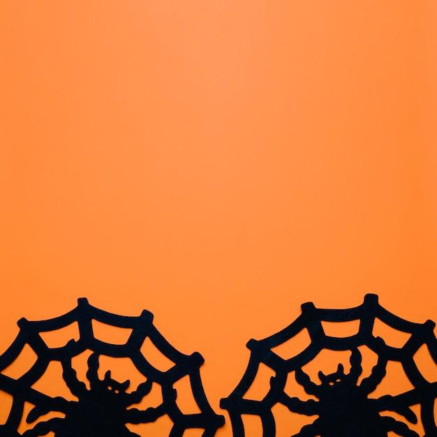 Aranhas grandes com teias de aranha sobre laranja Foto gratuita