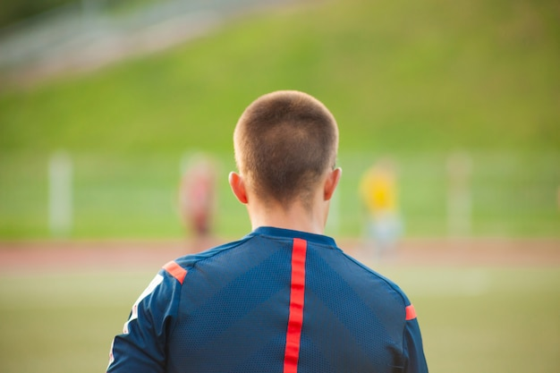 Árbitro assistente de futebol em um campo de futebol com jogadores Foto Premium
