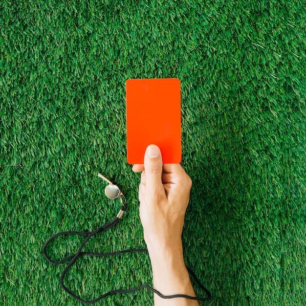 Árbitro conceito com a mão segurando o cartão vermelho Foto Premium