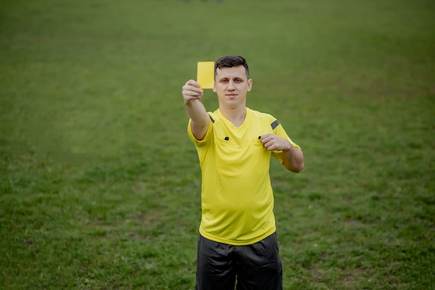 Árbitro mostrando um cartão vermelho para um jogador de futebol ou futebol insatisfeito durante o jogo. Foto Premium