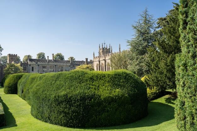 Arbustos aparados em um jardim do castelo Foto Premium