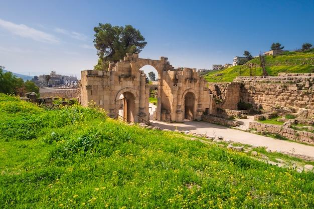 Arco antigo na cidade antiga jerash jordan na primavera Foto Premium
