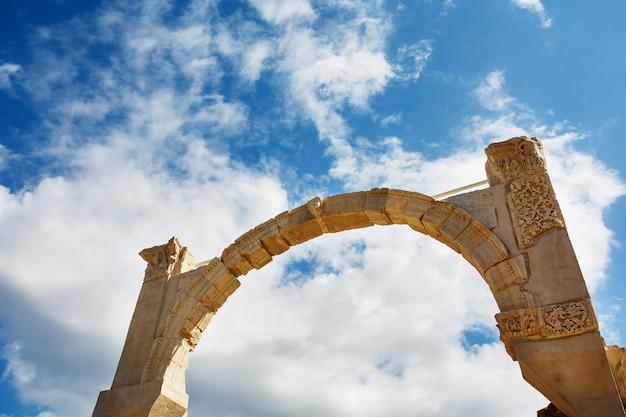 Arco as ruínas da antiga cidade de éfeso contra o céu azul em um dia ensolarado. Foto Premium