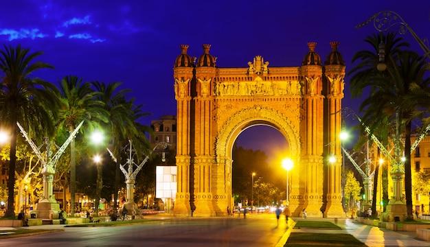 Arco de triunfo na noite. barcelona Foto gratuita