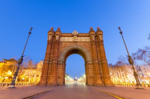 Arco do triunfo em barcelona à noite Foto Premium