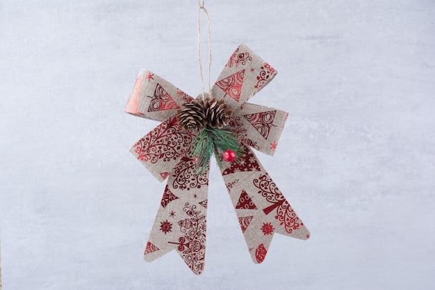 Arco festivo de natal com pinhas em fundo branco. Foto gratuita