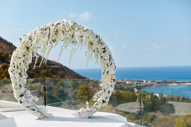 Arco floral redondo de casamento com flores frescas ao ar livre Foto Premium