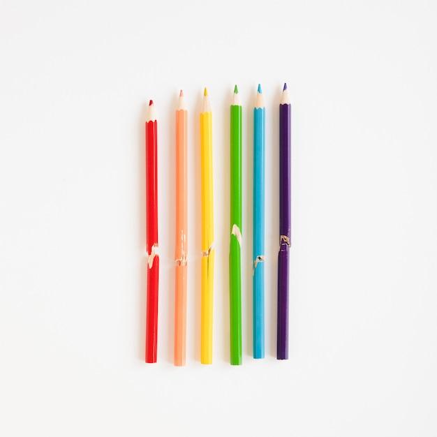 Arco-íris feito de lápis coloridos Foto gratuita