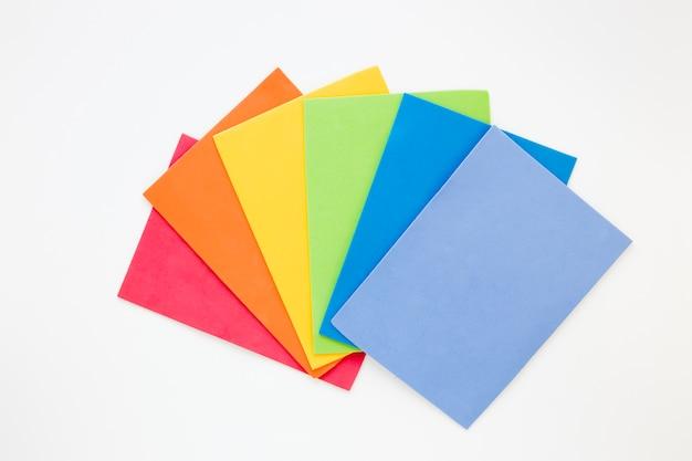 Arco-íris feito de papéis coloridos Foto gratuita