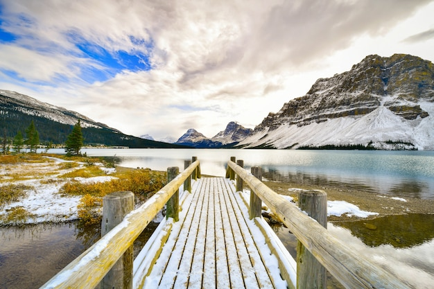 Arco, lago, montanhas rochosas, banff, alberta, canadá Foto Premium
