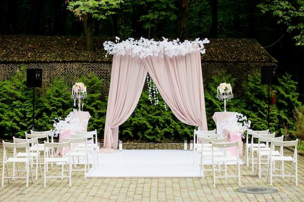 Arco para a cerimônia de casamento em estilo rústico. decorações de casamento. Foto Premium