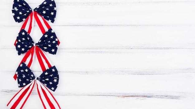 Arcos de bandeira do dia da independência em estrelas brancas e azuis vermelhas Foto gratuita