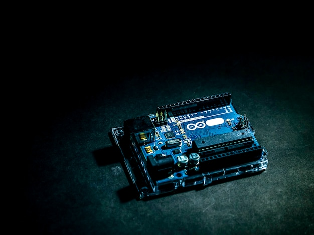 Arduino controle amplo elemento no fundo escuro Foto Premium