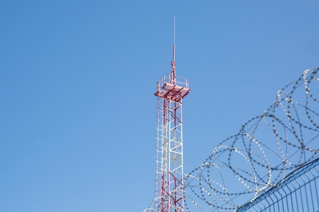 Área com arame farpado. área perigosa. território privado. torre de energia Foto Premium