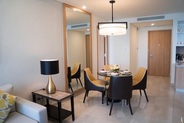 Área de jantar de estúdio confortável ou quarto de hotel. Foto gratuita