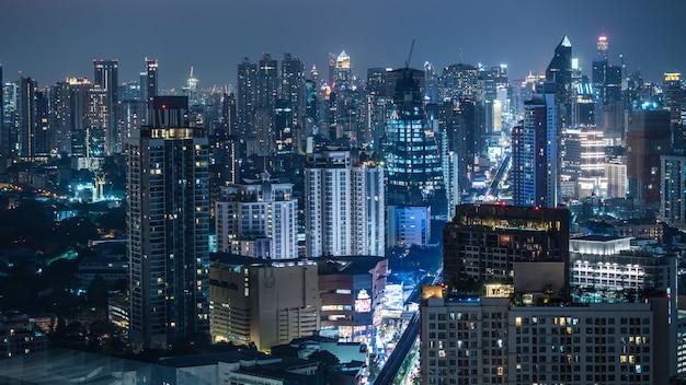 Área de negócio em bangkok, tailândia, mostrando edifícios à noite Foto Premium