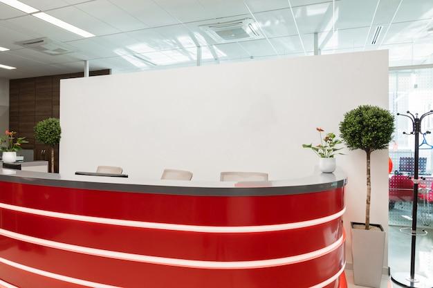 Área de recepção para visitantes do escritório moderno com interior vermelho-branco Foto Premium