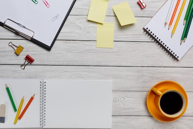 Área de trabalho branca amarela xícara de café adesivos adesivos notas e vista superior do teclado de bloco de notas Foto Premium