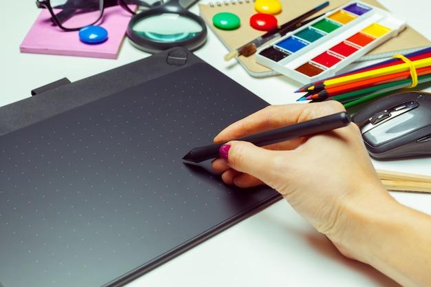 Área de trabalho de artista de conceito. mesa digitalizadora Foto Premium