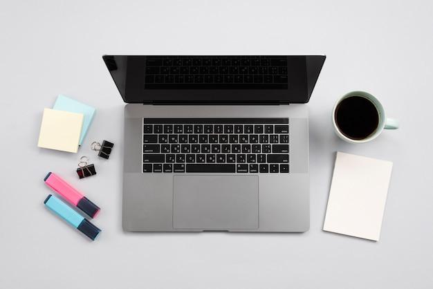 Área de trabalho de escritório com laptop e uma xícara de café Foto gratuita