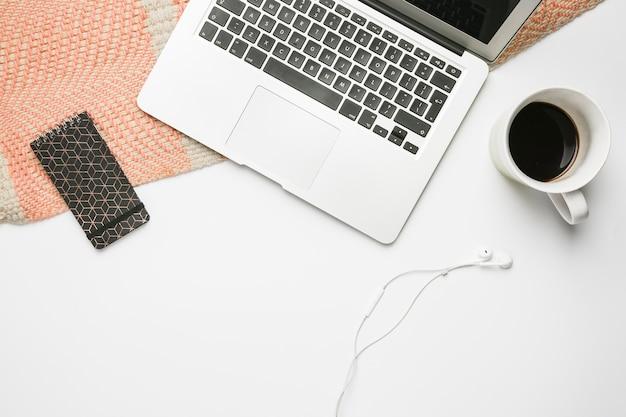 Área de trabalho de escritório com laptop Foto gratuita