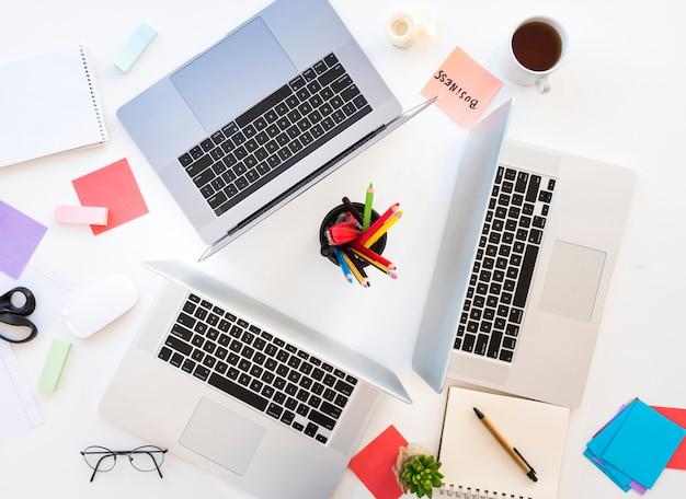 Área de trabalho de escritório com laptops Foto gratuita