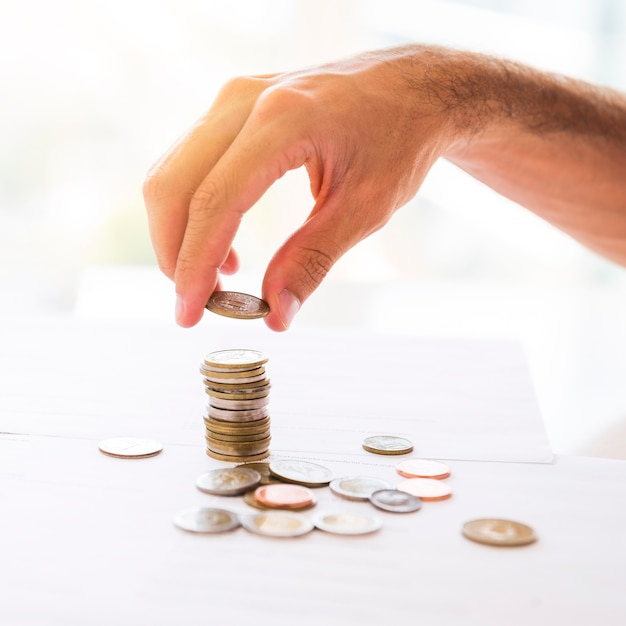 Área de trabalho de escritório com moedas empilhadas Foto gratuita
