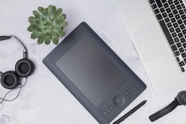 Área de trabalho de escritório com um tablet gráfico Foto gratuita