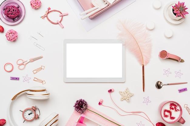 Área de trabalho de escritório feminino com dispositivo digital Foto Premium