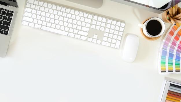 Área de trabalho do designer gráfico de vista superior Foto Premium