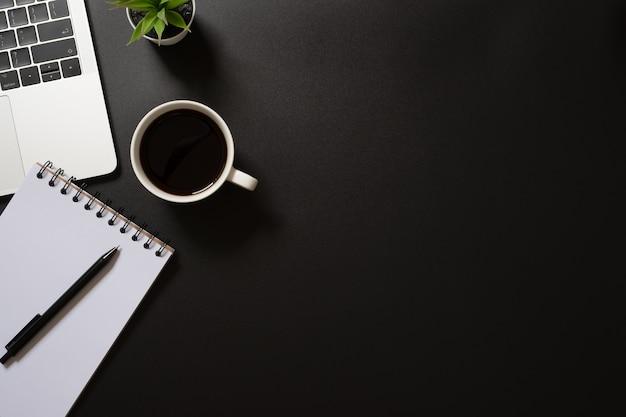 Área de trabalho do escritório com suprimentos Foto Premium