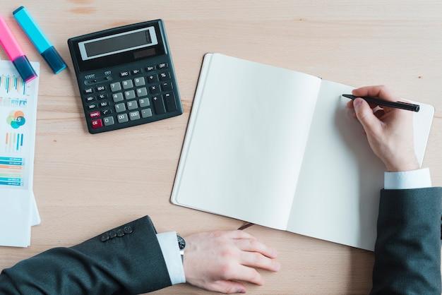 Área de trabalho do escritório com um notebook Foto gratuita