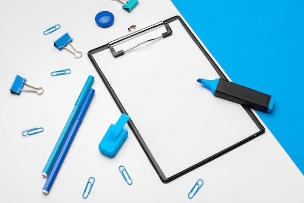 Área de transferência mock-se no vibrante duotônico azul e branco Foto Premium