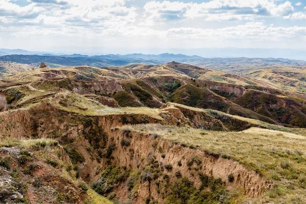 Areia e cascalho colinas e ravinas nas áreas de montanha da china. Foto Premium