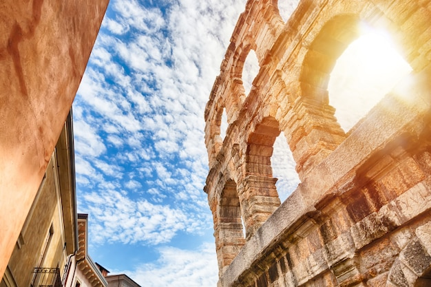 Arena de verona, anfiteatro romano antigo em itália durante o nascer do sol e céu azul com nuvens. Foto Premium